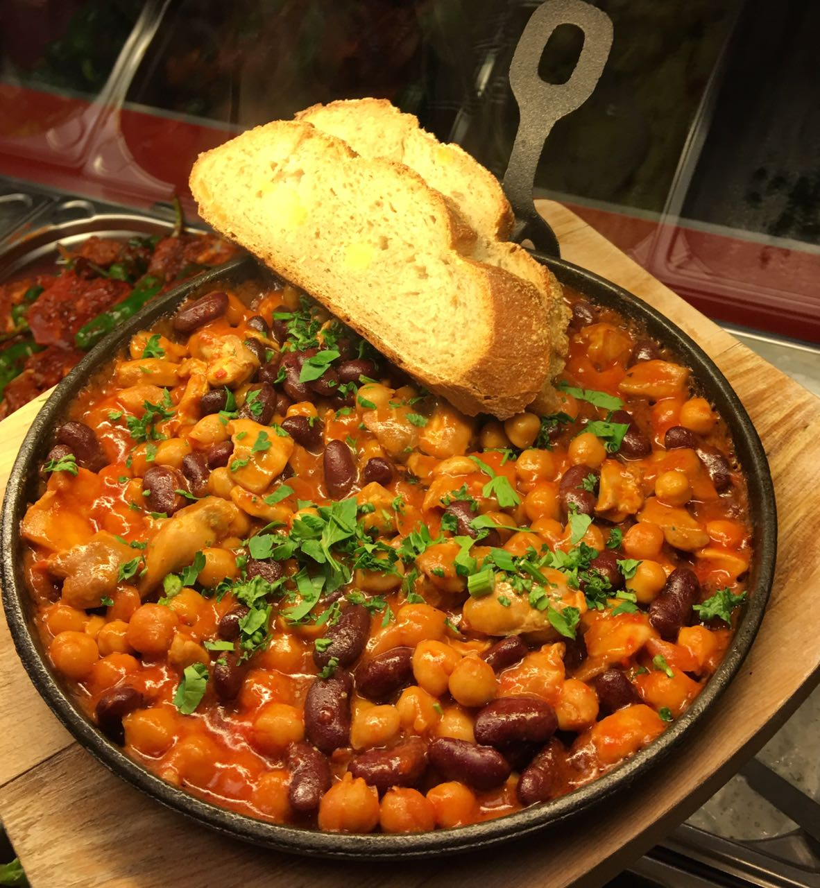 Chicken and Beans mit Brot